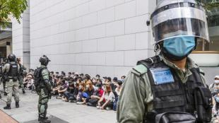 Policies locals de Hong Kong, custodiant un grup de detinguts, ahir a la ciutat