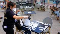 Una cambrera neteja una taula en una terrassa a Puerto del Rosario aquest dilluns quan va començar a Canàries la Fase 1 de la desescalada