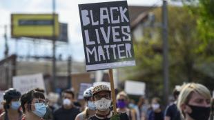Manifestació contra el racisme de la policia a prop del lloc on van detenir George Floyd, a Minneapolis (Minnesota)