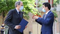 El president de la Generalitat, Quim Torra, i l'alcalde d'Igualada, Marc Castells, parlen al carrer durant la visita que va fer ahir el president als alcaldes de la Conca d'Òdena