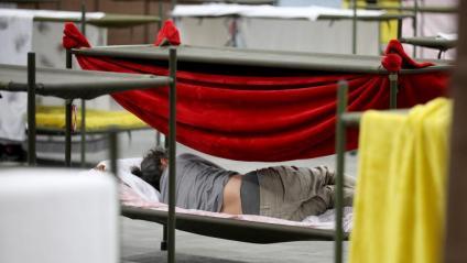 Un usuari descansant en una llitera d'un pavelló de Montjuïc, abans-d'ahir