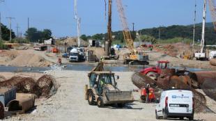 Una imatge dels treballs de construcció del nou pont sobre el riu Tordera, ahir
