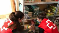 Voluntàries preparant un lot d'aliments.