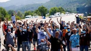Treballadors de Nissan van tallar el trànsit de la C-17 al seu pas per Montcada i Reixac, ahir al matí