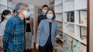 La presidenta de Taiwan, Tsai Ing-wen, va visitar ahir la llibreria de Lam Wing Kee, símbol del suport a Hong Kong