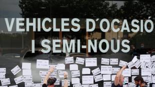 El concessionari de Granollers de Nissan va quedar ahir empaperat de missatges de protesta dels treballadors