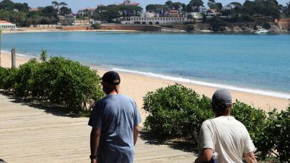 El bany al mar estarà autoritzat a partir de dilluns vinent. A la foto, una imatge d'ahir de Sant Pol, a s'Agaró