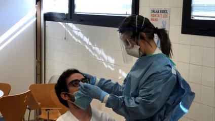 Una infermera fa una prova PCR a un company en un CAP de Tortosa