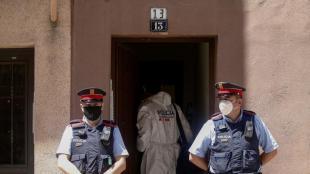 Agents dels Mossos inspeccionant el pis d'Esplugues de Llobregat on es va trobar la dona morta, ahir