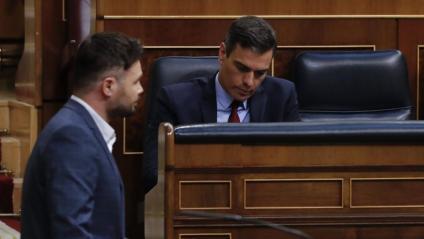 El republicà Gabriel Rufián, amb Pedro Sánchez al fons, en l'últim ple al Congrés
