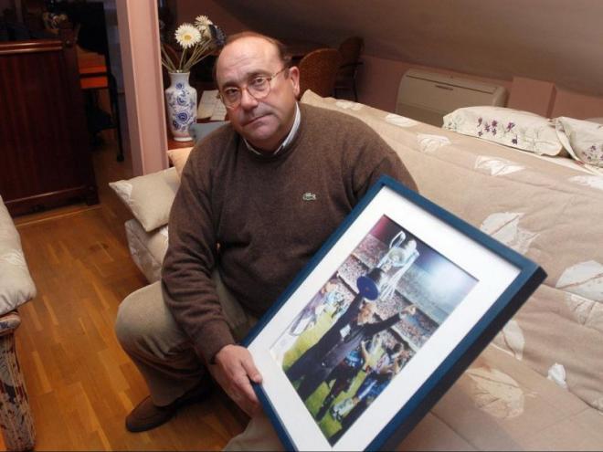 Paco Flores posa, en una foto d'arxiu, amb una fotografia aixecant la copa en la final de fa 20 anys a Mestalla