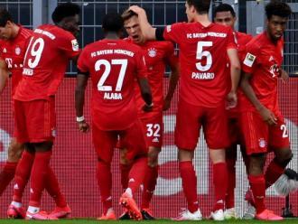 Els futbolistes del Bayern feliciten en bloc Joshua Kimmich