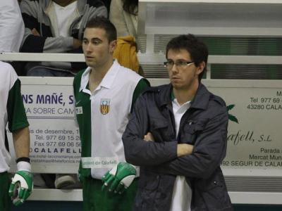 Un jove Pere Varias, a la dreta , a la banqueta del Calafell l'any 2011