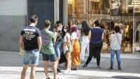 Cua per entrar a una botiga de roba , al centre de Barcelona, i mantenir-hi la distància social