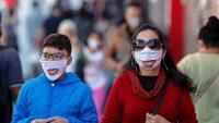 Un grup de vianants amb mascaretes caminen pels carrers de São Paulo, al Brasil