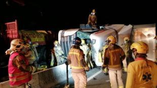 Els bombers treballant a l'accident