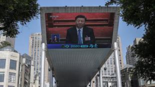 Una gran pantalla emet el discurs del president Xi Jinping, el 28 de maig, a Pequín