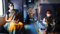 Passatgers en un compartiment, ahir. El govern indi ha decidit permetre la circulació de 200 trens en la primera mesura que relaxa el confinament, que es manté fins al 30 de juny