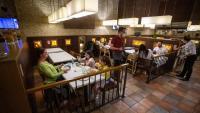 Els primers serveis interiors  en pizzeria de la plaça de la Independència de Girona ahir al migdia