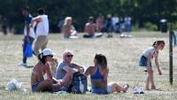 Moltes famílies van aprofitar ahir el sol i la nova autorització de reunions de 6 persones per anar als parcs londinencs, en lloc de tornar a les aules
