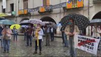 Aspecte parcial de la concentració d'ahir, sota la pluja, a la plaça del Vi de Girona