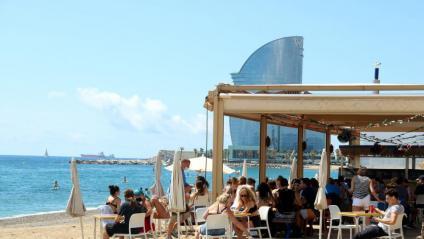 Aspecte d'una terrassa a la platja de la Barceloneta, aquest diumenge passat al matí