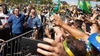 Jair Bolsonaro saluda els seus simpatitzants en una manifestació a São Paulo diumenge passat