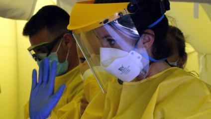 Personal sanitari amb vestimenta de seguretat per poder fer mostres PCR