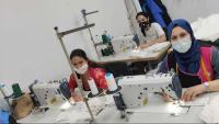 La Yessica, la Farida i la Soraya treballant ahir a la tarda al seu taller fent mascaretes