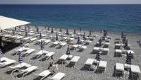 Platja privada de Niça en preparació. França ha reobert les piscines i els gimnasos després de dos mesos de restriccions per la pandèmia