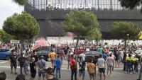 Centenars de treballadors de Nissan i d'empreses auxiliars es van concentrar ahir davant d'un concessionari de la casa Renault a Esplugues de Llobregat