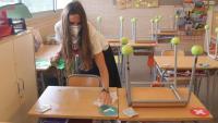 Una mestra de l'Institut Escola l'Agulla del Catllar neteja una taula