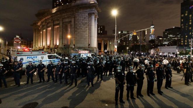 La policia desplegada per Manhattan, a Nova York, en la vuitena jornada de protestes per la mort de George Floyd