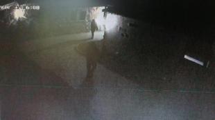 Dos dels assaltants , al recinte de la mansió assaltada a Santa Cristina