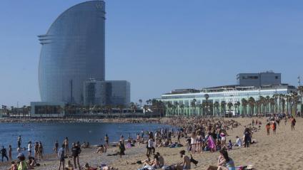 Gent a la platja de Barcelona el 23 de maig