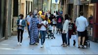 Gent passejant per l'eix comercial de Lleida