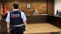 Pla general d'una sala de vistes de la Ciutat de la Justícia durant la declaració d'un agent dels Mossos d'Esquadra com a testimoni en un judici, el dia en què reprenen l'activitat després de l'aturada pel coronavirus