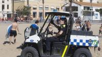Un vehicle de la Guàrdia Urbana patrulla a la platja de la Barceloneta