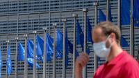 Un home amb mascareta davant de la seu de la Comissió Europea a Brussel·les