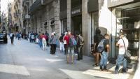 Cua de gent per rebre aliments a la parròquia de Santa Anna, a Barcelona