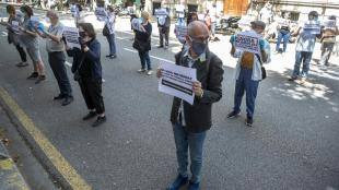 Els manifestants davant la seu de la delegació del govern estatal a Barcelona