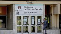 La sala d'estudis de la biblioteca de Ciències Socials de la UAB, encara tancada