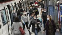 Usuaris del metro a Barcelona a l'abril