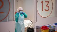Una professional sanitària en una UCI de l'Hospital Clínic el 16 d'abril