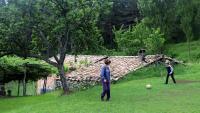Dos nens jugant a casa seva, a Vallcebre