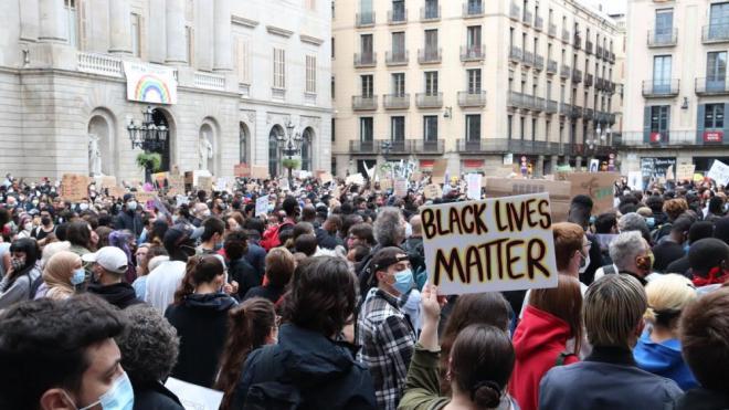 La Plaça Sant Jaume plena de gent en la protesta 'Black Lives Matter' a Barcelona