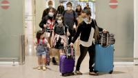 Una família arriba a la T1 del Prat