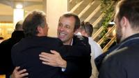 Sandro Rosell abraça un conegut l'endemà de la seva absolució, l'abril de l'any passat