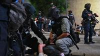 Una de les detencions practicades per la policia durant les protestes que van desafiar l'entrada en vigor de la llei.