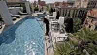 La piscina al terrat del Claris Hotel & Spa a punt per als primers clients, que ja hi han arribat